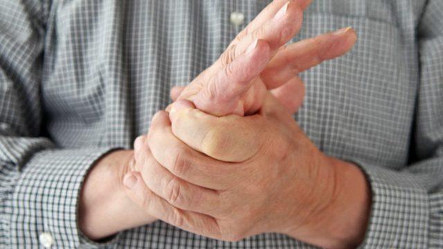 Скованность кистей рук, невозможность пошевелить пальцами, особенно ярко этот симптом проявляется в утренние часы, сразу после пробуждения