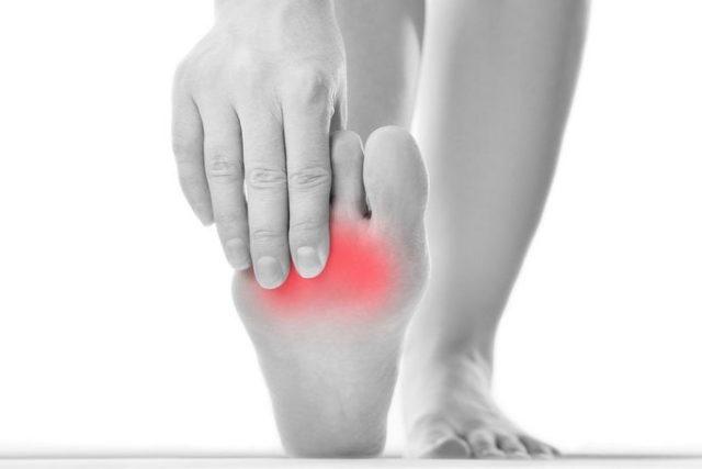 Деформация стопы сопровождается изменением сразу нескольких суставов, что мешает людям ходить, а возникающая боль не дает покоя