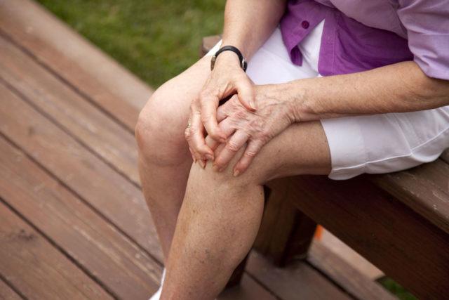 При повреждении коленного сустава совершать сгибательно-разгибательные движения становится невозможно