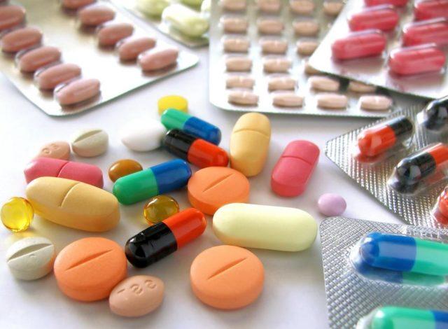 На начальных стадиях используют медикаментозное воздействие, физиотерапию, ЛФК