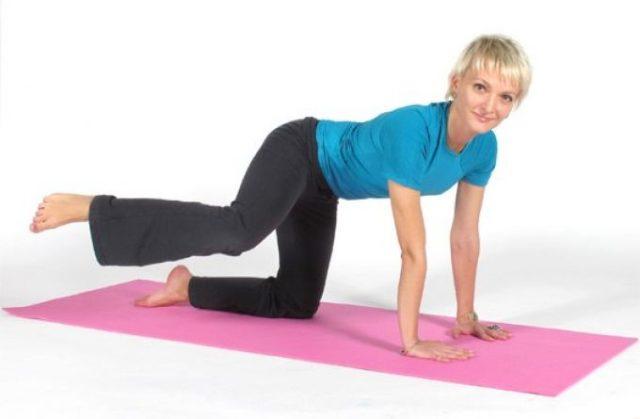 Пациенту, страдающему артрозом тазобедренного сустава (ТБС), рекомендуются такие упражнения ЛФК, которые укрепляют связки и мышцы