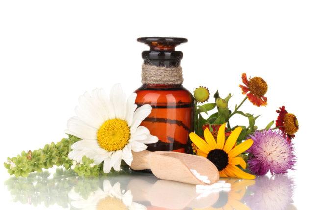 Отдельно рассматриваются методы лечения артроза народными средствами, преимуществами которых являются доступность, отсутствие побочных эффектов