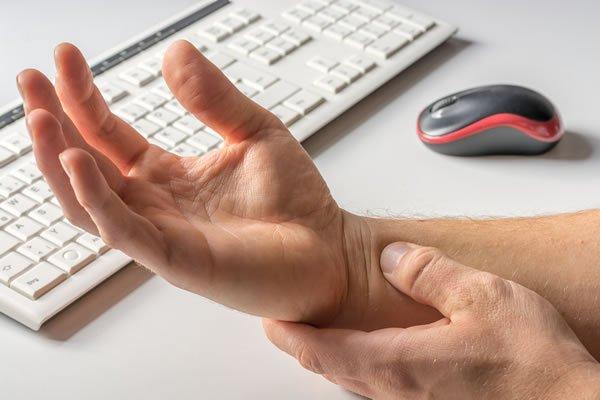 Артроз суставов пальцев рук (в том числе артроз большого пальца руки) развивается постепенно