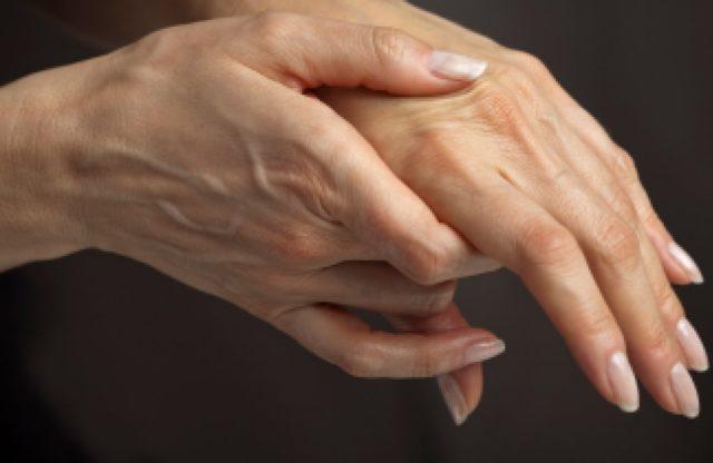На последних стадиях артроз суставов пальцев рук сильно снижает качество жизни человека, мешает ему полноценно работать, заниматься любимым делом