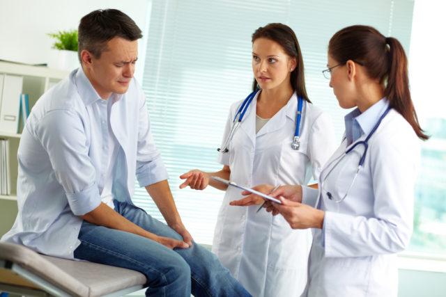 Чтобы узнать, какой врач лечит артрит, необходимо разобраться с первичным и вторичным воспалительным процессом