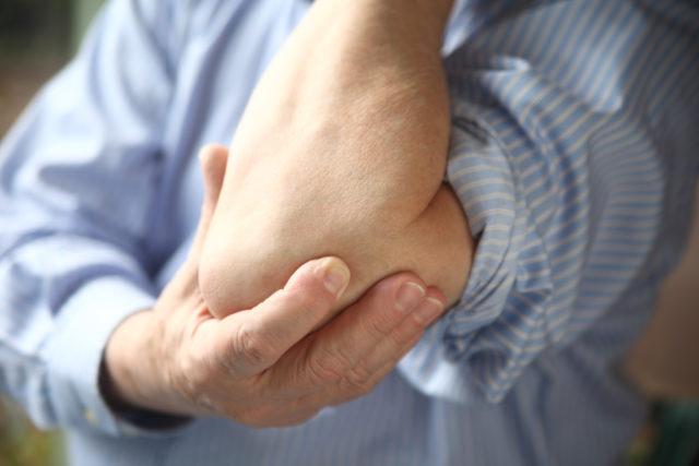 Наличие неприятных ощущений и болей в суставах является поводом для обращения к врачу