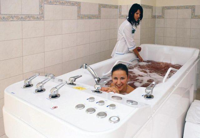 Также устранить боль помогут принятие ванны с хвойным раствором, морской песок, применение мазей из скипидара