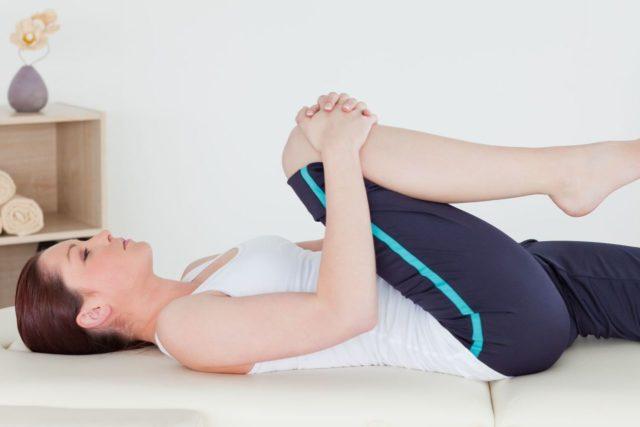 Упражнения выполнять плавно, в медленном темпе, энергичные движения противопоказаны