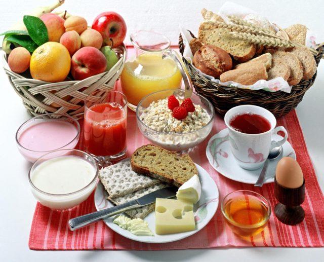 В число рекомендованных при подагре продуктов входят: хлеб, овощные, крупяные, молочные супы, зерновые каши