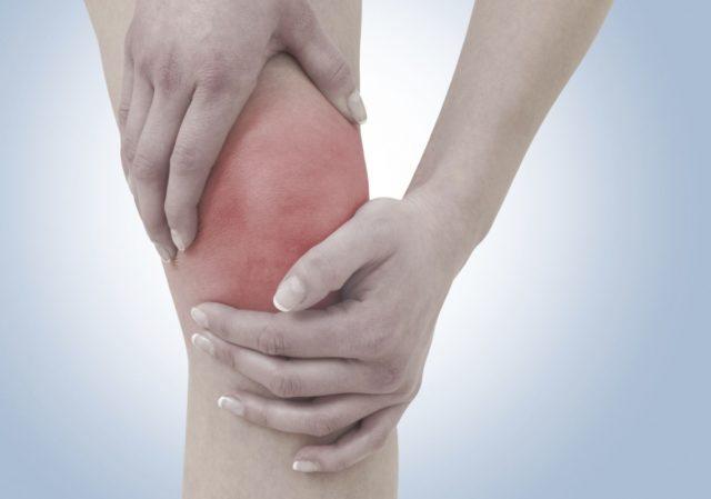 Первым симптом является резкая и высокая температура тела, которая дает дрожь и озноб
