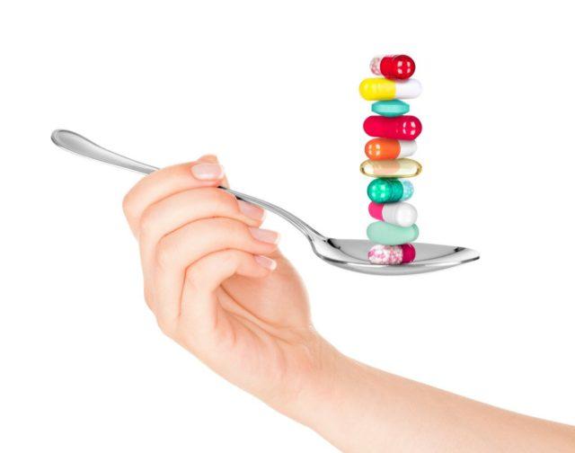 Если пациент попадает к ревматологу в острый период заболевания, то одними только нестероидными противовоспалительными препаратами не обходятся – дополняют их высокими дозами глюкокортикоидов
