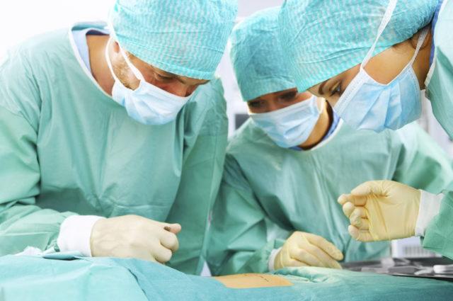 При эндопротезировании заменяются пораженные части сустава специальными имплантатами