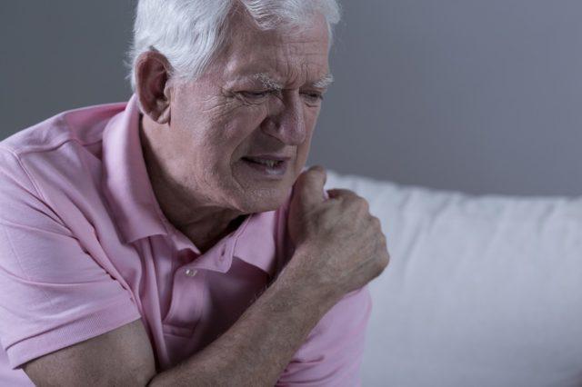 Боль может возникать разве только при надавливании на ключицу