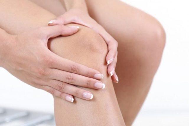 Возникают острые боли, которые уменьшают подвижность коленного сустава