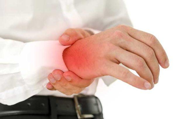 Возникает постоянная боль, движение пальцев становится ограниченным, пораженная область краснеет, повышается температура тела