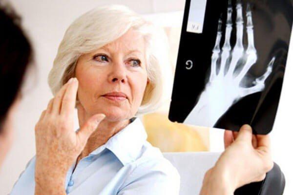 В дополнение к анамнезу лечащий доктор назначит рентгенографию, но даже снимок не всегда способен показать деструктивные изменения