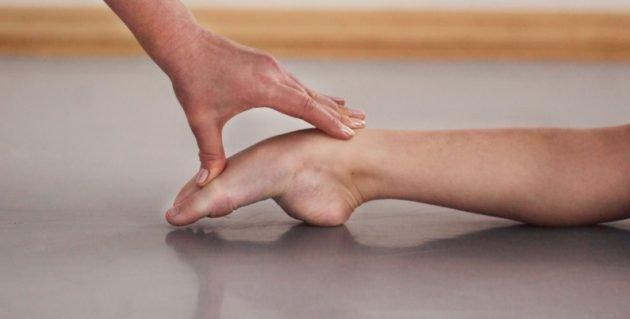 Утренняя гимнастика для стоп должна проводиться медленно и осторожно, а начинать ее лучше с простых упражнений