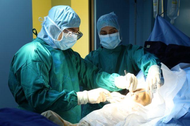 К ним относят эндопротезирование, при котором заменяется пораженный сустав, артродез, предполагающий фиксацию сустава