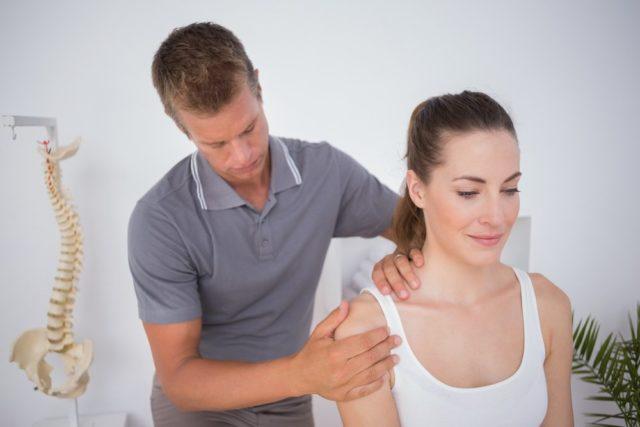 Для того, чтобы от массажа наблюдался положительный эффект, а не вред, разминать стоит кожу и мышцы рядом с соединением