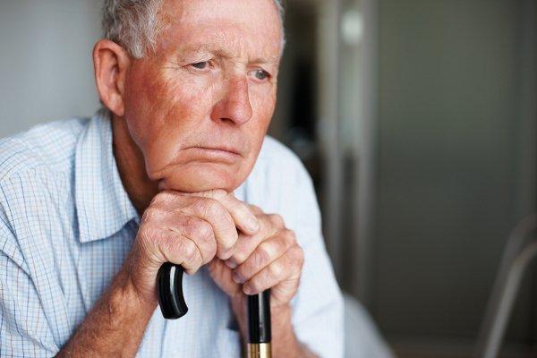 Причиной заболевания могут быть возрастные изменения в суставах