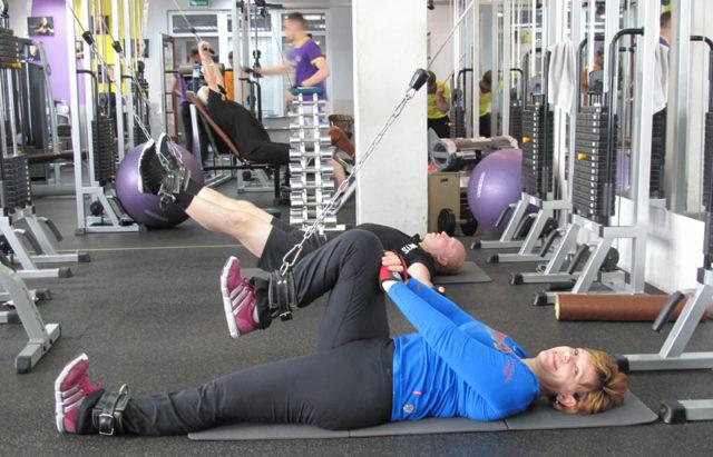 Лечебная гимнастика способствует укреплению мышц, улучшению состояния сосудов, нормализации кровотока и в целом оздоровлению организма