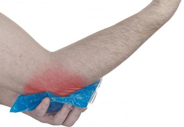Основные симптомы остеоартроза – боль в локте при сгибании руки, ограничение подвижности, хруст