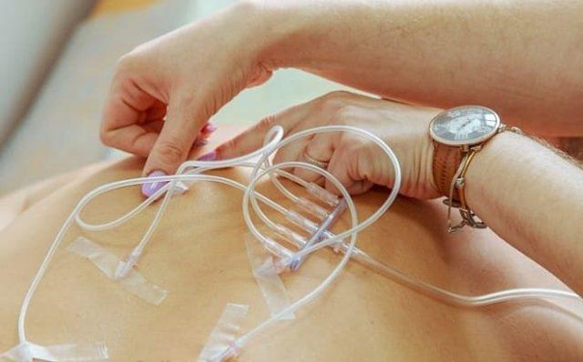 Для того, чтобы не давать деформироваться позвоночнику, врачи рекомендуют использовать массаж