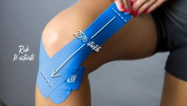 Эластичный кинезиотейп для коленного сустава выполнен в виде растягивающейся хлопковой ленты, покрытой специальным клеящим составом на акриловой подложке