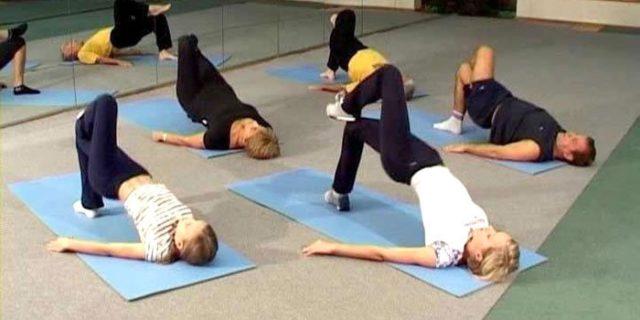 Также при артрозе колена, упражнения в домашних условиях необходимо выполнять осторожно, не допуская сильной боли