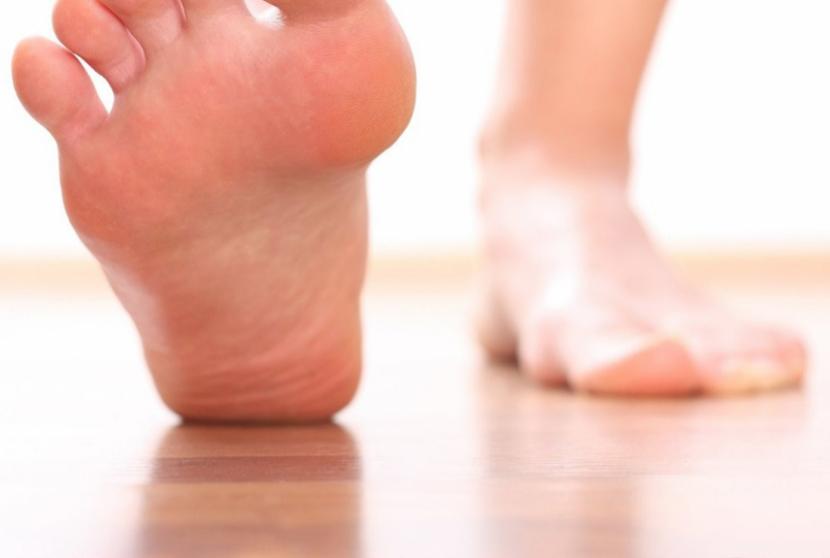 Как удалить шпоры на пятках: удаление на ступне